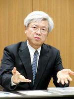 インタビューに答えるかんぽ生命保険の千田哲也社長=21日午後、東京都千代田区
