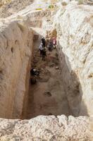 シルクロード都市遺跡「カフィル・カラ城」の発掘調査で見つかった食料庫跡=2019年9月、ウズベキスタン(帝塚山大提供)