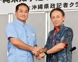 沖縄県知事選に向けた討論会を終え、握手する佐喜真淳氏(左)と玉城デニー氏=11日午後、那覇市
