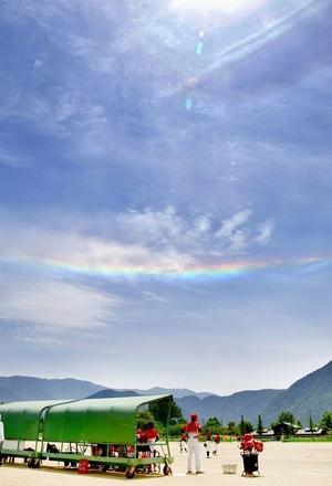 晴れの日の昼に見える水平の「虹」