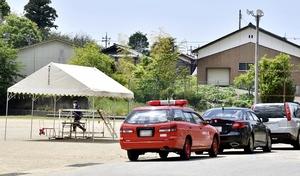 グラウンドに駆け付ける捜査員=5月17日午後0時50分ごろ、福井県鯖江市立鳥羽小学校