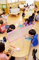 学童保育も3密防げ 県内本格再開 テーブルに仕…