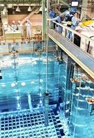 原子炉へ入れるため、クレーンでつり下げられる1体目の燃料=28日、福井県高浜町田ノ浦の高浜原発(代表撮影)