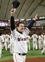 阪神とのクライマックスシリーズ第4戦で、ファンの声援に応える巨人・原辰徳監督=東京ドーム