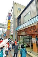 遊休物件の写真館(右)を調査するリノベーションスクール@福井の受講者=19日、福井市中央1丁目