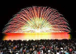 約1万発の花火が披露された三国花火大会=11日夜、福井県坂井市三国町の三国サンセットビーチ