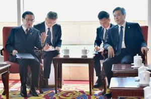 中国の鍾山商務相(右)と会談する世耕経産相=15日、北京(共同)