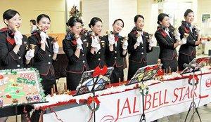 ハンドベルでクリスマスソングを奏でるJALの若手CA=21日、福井市の福井県立病院