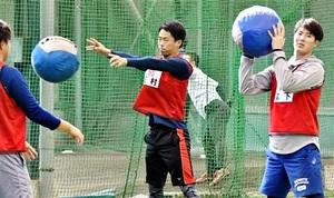 広島ドラフト1位の森下暢仁(右)らとトレーニングする玉村昇悟=広島県廿日市市の大野練習場