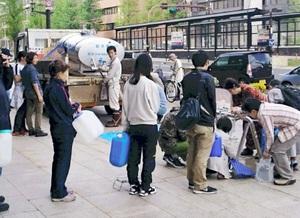 福井市の先遣隊が撮影した熊本市内の様子。安全な水を求め、多くの人が給水車に並んでいた=16日、同市内(福井市危機管理室提供)