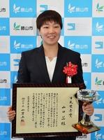 勝山市市民栄誉賞を贈られたバドミントンの山口茜選手=5月1日、福井県勝山市役所