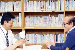 計画に当てはまる助成金があった。牧野さん(右)の助言をもらって申請書づくり=福井市のふくい県民活動・ボランティアセンター(成沙紀撮影)