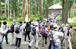 観光客でごったがえす境内=24日、福井県勝山市の白山平泉寺