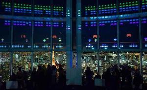 報道関係者らに公開された「スペースインベーダー」誕生40周年記念のアトラクション。展望台の窓を画面にしてゲームができる=11日夜、東京・六本木ヒルズ