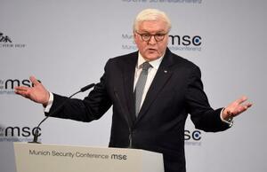 14日、ドイツで始まったミュンヘン安全保障会議で発言するシュタインマイヤー大統領(AP=共同)