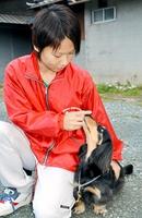 警察犬に合格したミニチュア・ダックスフントの「ちゅら」と指導手の中野有菜さん=7日、福井県小浜市