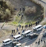女性の遺体の胴体部分が見つかった現場付近を調べる滋賀県警の捜査員ら=14日午後4時47分、滋賀県守山市(共同通信社ヘリから)