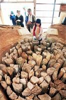 炭焼き窯に木を詰める学生ら=1日、福井県越前町熊谷
