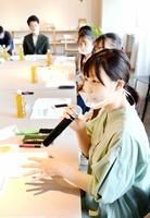 若者の政治参加について話し合う参加者=10月2日、福井県福井市中央1丁目の「Xスタンド」