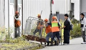 クマが侵入した繊維工場内に突入する猟友会の会員ら=10月22日、福井県勝山市昭和町1丁目