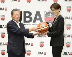 記者会見後、ポーズをとる日本バスケットボール協会の川淵三郎前会長(左)と三屋裕子新会長=25日、東京都港区