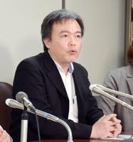 提訴後に記者会見するフリージャーナリストの常岡浩介さん=24日午後、東京・霞が関の司法記者クラブ