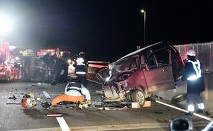 乗用車2台が衝突した事故現場=4月12日、福井県敦賀市金山の国道27号