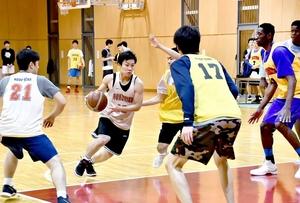 5対5の練習で攻守の動きをチェックする男子北陸の選手たち=福井市の北陸高