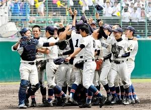 24年ぶりの甲子園出場を決めマウンドで喜ぶ北陸ナイン=7月27日、福井県営球場