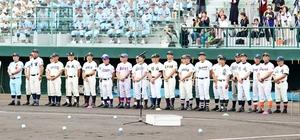 福井大会の開会式で整列する30校の監督。ここ数年で30、40代の指揮官が増えた=7月12日、福井県営球場