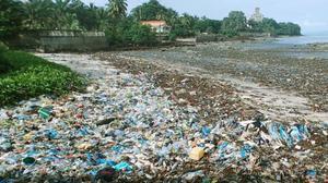 アフリカ・ギニアの海岸にたまった大量のプラスチックごみ。観光業や漁業への悪影響も指摘されている=2017年9月(共同)