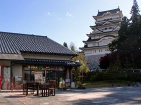 勝山城博物館の無料駐車場内にあり