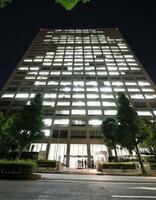 厚労省が入る中央合同庁舎第5号館=11日夜、東京・霞が関