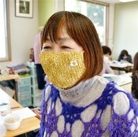 福井県坂井市の編み物教室で作られた手編みマスク=福井県坂井市春江町