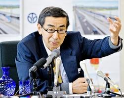 福井県の2016年度当初予算案を説明する西川一誠知事=15日、福井県庁