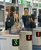 訪日外国人の出国審査で、顔認証技術を使って本人確認する自動化ゲート=24日午後、羽田空港
