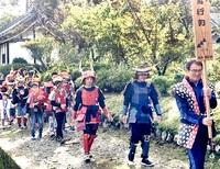 段ボールよろい勇壮に 永平寺町、城跡で子どもら行列