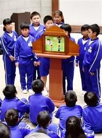 地域の宝 紙芝居に 武生西小5年生 制作し迫真口演 ふるさと絵本館 園児ら関心
