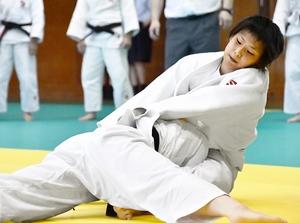 柔道女子団体決勝で一本を取った敦賀の北出はるの=6月1日、福井県立武道館