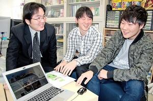 タイ人の本県誘客に向けてフェイスブックページを開設した(右から)澤田さん、宇都宮さんと竹本准教授=福井市の福井大文京キャンパス