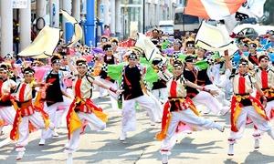 2019年に行われた福井フェニックスまつりで、躍動感あふれる演舞を披露するヨサコイの参加者=2019年6月3日、福井県福井市中央1丁目
