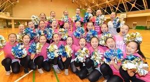 米ラスベガスで開かれる全米大会に初出場することが決まり、笑顔を見せる福井商業高校チアリーダー部「JETS」の選手たち=2018年1月、福井市の同校体育館