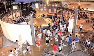 大勢の家族連れでにぎわう福井県立恐竜博物館。勝山市全体の入り込み客数を押し上げている=昨年8月