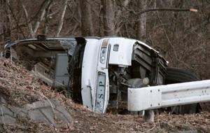 国道18号の碓氷バイパスで、道路脇に転落、横転したバス=15日午前7時5分、長野県軽井沢町