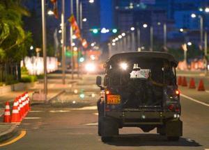 爆発のあった市街地周辺の道路をパトロールす治安部隊の車両=23日、コロンボ(共同)