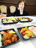 ママさんスタッフが配達する弁当=3月13日、福井県小浜市日吉のアプロディール華双寿