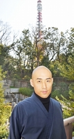 東京タワーを望む寺で「お寺はこれまで直球勝負をしてこなかった」と話す松本紹圭さん=東京都港区