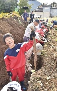 大物ゴボウに笑顔 鯖江・川島町で児童収穫 みんなで読もう