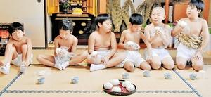 力めしを食べる子どもたち=11日、福井県敦賀市