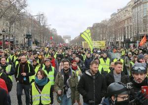 9日、パリで黄色いベスト運動のデモに参加する人々(タス=共同)